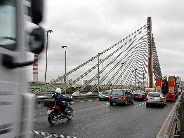 KOLONA. Nehoda zablokovala Jižní spojku za lanovým mostem ve směru na Černý Most./Ilustrační foto