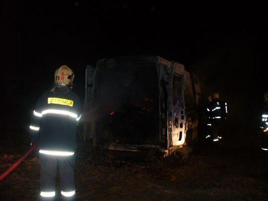 ZBAVIT SE STOP. Hasiči našli uvnitř ohněm zničené dodávky také ohořelé tělo řidiče.