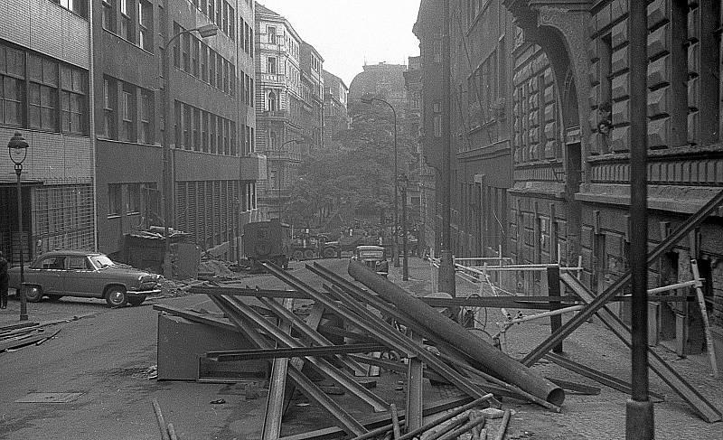 Okolí rozhlasu, Balbínova ulice, srpen 1968.