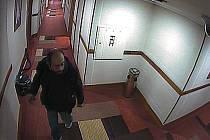 Muž podezřelý z vloupání do hotelových pokojů v Praze 8 a krádeže mobilních telefonů.