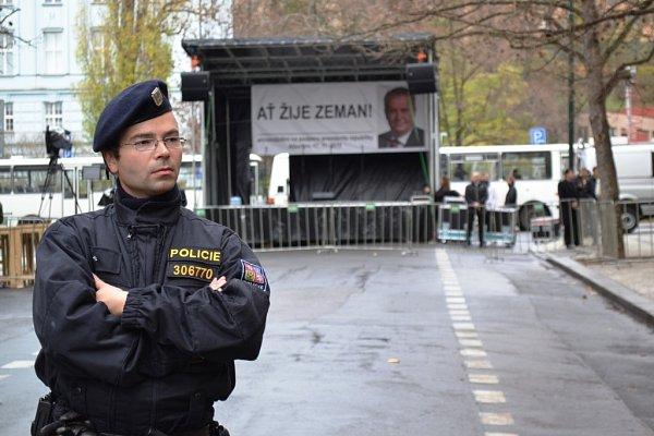 Oslavy 26.výročí Sametové revoluce 17.listopadu vPraze na Albertově.