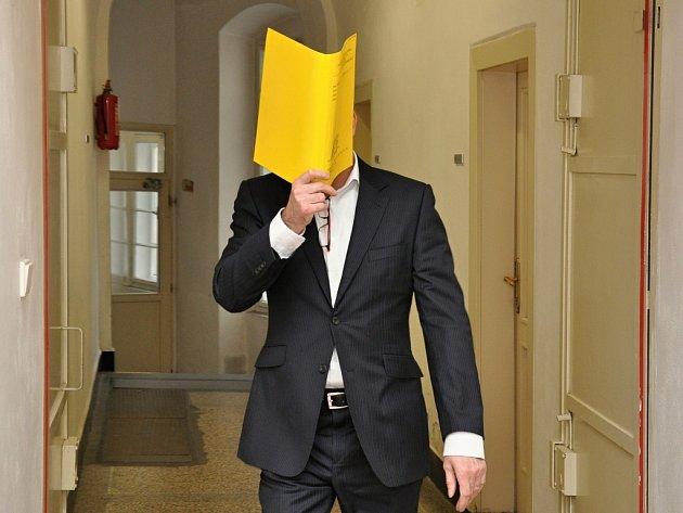 Jaroslav Háša, který se v baru dostal do konfliktu s politikem, jehož zuby při tom opustily svoje místo v čelisti, si v soudní budově velmi pečlivě zakrýval svoji tvář.