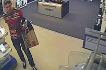 Muži podezřelí z krádeže dvou fotoaparátů v prodejně s elektronikou v obchodním centru v Praze 1.