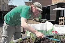 NADŠENÝ PĚSTITEL. Barman Radim Verner ve svém volnu vypomáhá v zahradní kavárně na holešovickém dvorku. Se svou přítelkyní si tu také pronajal jedno políčko. Foto: