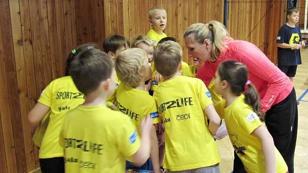 Ve svém živlu. Eva Drešerová to s dětmi umí.