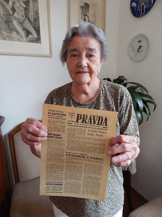 Anna Fidlerová s okupačním vydáním Pravdy ze srpna 1968.
