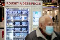 Rouškomat v obchodním centru v Praze.