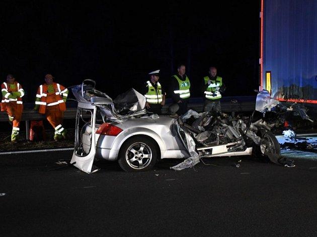 Řidič audi najel na dálnici D5 pod kamion, nehodu nepřežil.
