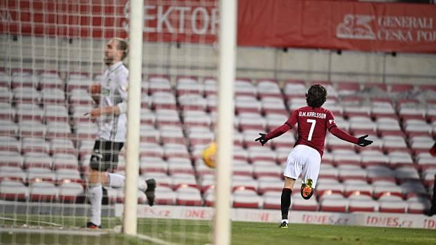 Sparťanský záložník David Moberg Karlsson se raduje z jednoho ze svých tří gólů v utkání proti Karviné.