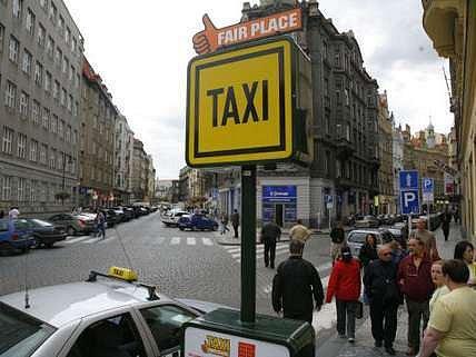 Řidiči City taxi neparkují v Holešovicích, protože jsou šikanováni podvodníky.
