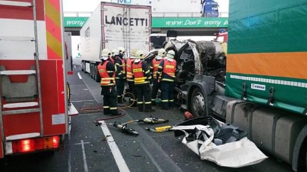 Po desáté hodině se na jedenáctém kilometru dálnice D1 střetly pod dálničním mostem tři kamiony.
