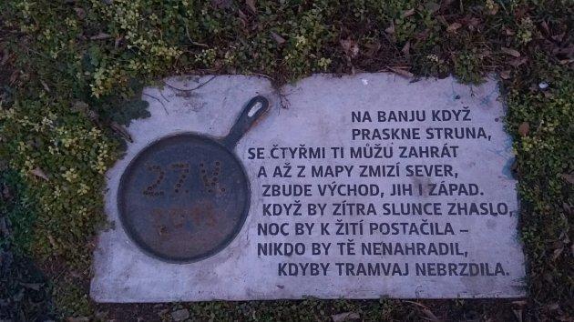 Pomníček najdete nedaleko tramvajové zastávky Lotyšská