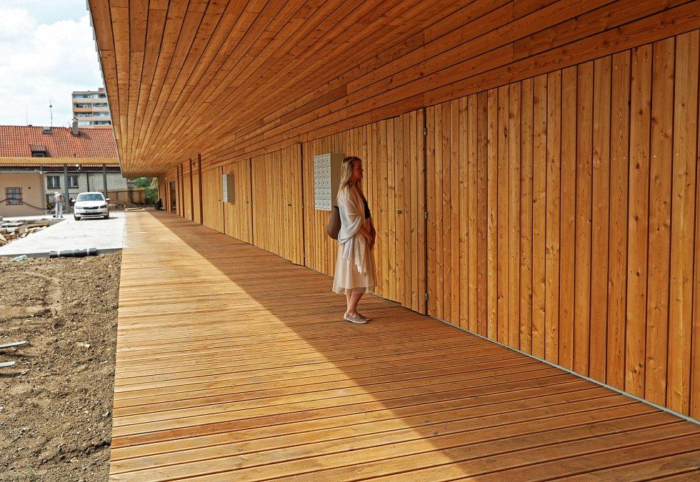 Moderně řešené zázemí koupaliště s šatnami a sprchami stojí přímo u hlavní brány.