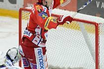 HATTRICK? Ne, o jeden gól víc. (Tomáš Micka oslavuje svůj čtvrtý zásah do sítě karlovarského brankáře.)