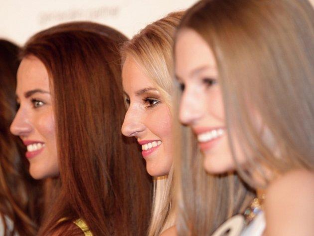 Ženská si dala dostaveníčko v Pentahotelu Prague. Důvod neformálního setkání bylo představení finalistek České Miss 2015 před jejich odletem na zahraniční soustředění na Kapverdské ostrovy. Uprostřed Atlantiku čeká dívky týdenní program.