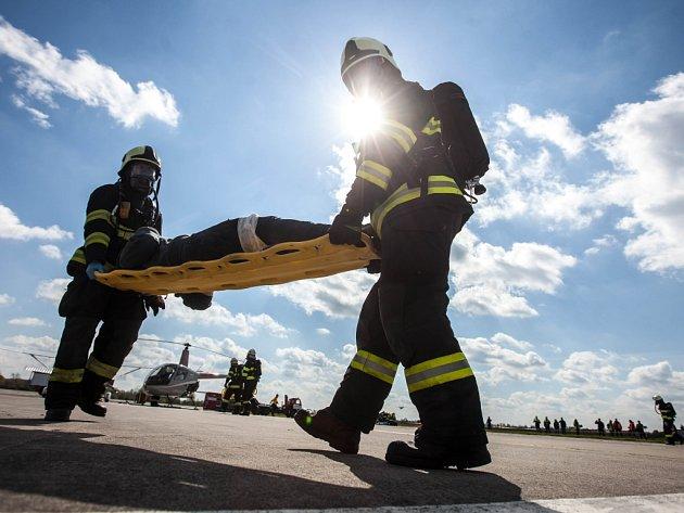 Výcvik záchranářů na letišti. Ilustrační foto.
