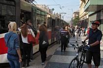 Nastoupit a vystoupit z tramvaje na náměstí I. P. Pavlova v Praze, aniž by se cestující musel ve vagónu prodírat davem, lze jen v časných ranních hodinách.