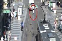 Pomatená žena na pražském náměstí I. P. Pavlova, která se vrhala před projíždějící vozidla.
