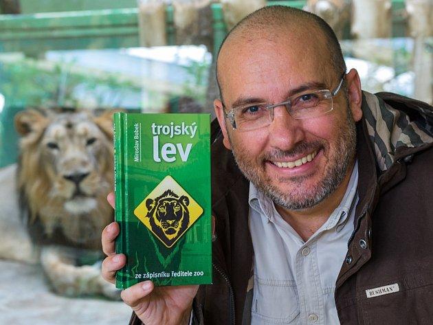 Ředitel Zoo Praha Miroslav Bobek s knihou Trojský lev.