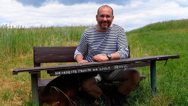 Ředitel pražské zoologické zahrady Miroslav Bobek na lavičce se svým psem.