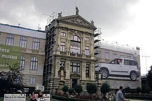 Muzeum hlavního města na Florenci. Lešením je obklopeno ze všech stran a automobilka toho z velké části využila ke své propagaci. Zejména zepředu budovy to působí špatným dojmem.