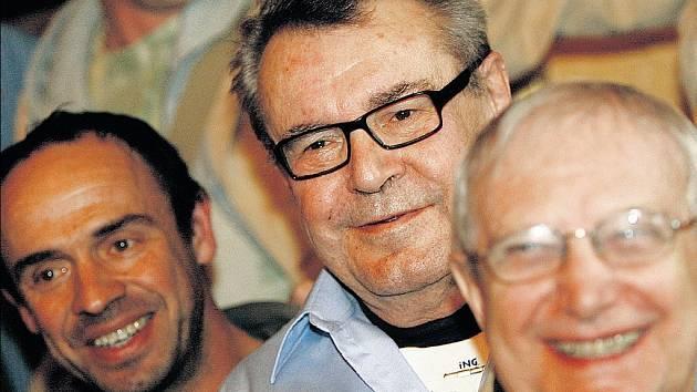 S ELÁNEM K PREMIÉŘE. Petr Forman (zleva), Miloš Forman a Jiří Suchý.