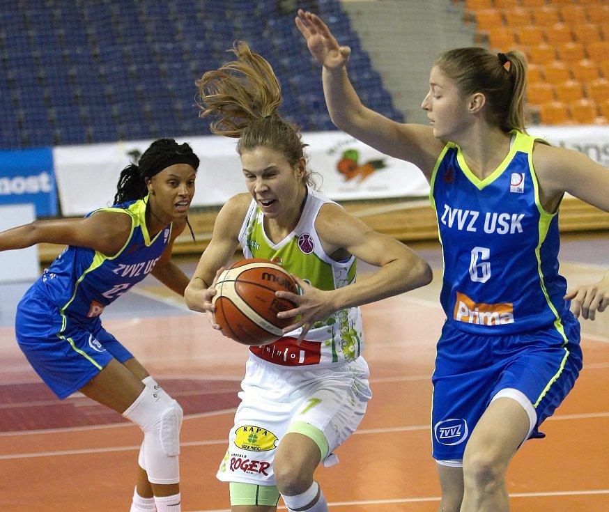 Karolína Elhotová a Dewanna Bonner z USK Praha při utkání v Brně.