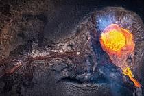 Cestovatel a fotograf Jan Březina vás v rámci seriálu Kolem světa zavede za soptícími vulkány na Island.