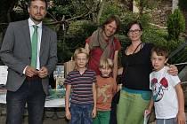 Za vedení zoo pogratuloval manželům Omerovým náměstek ředitele Jiří Malina a předal jim dárky od zoo a jejích partnerů (Komerční banka, FTV Prima, Bidvest, Mondelez , Mafra, Koh-I-Noor).