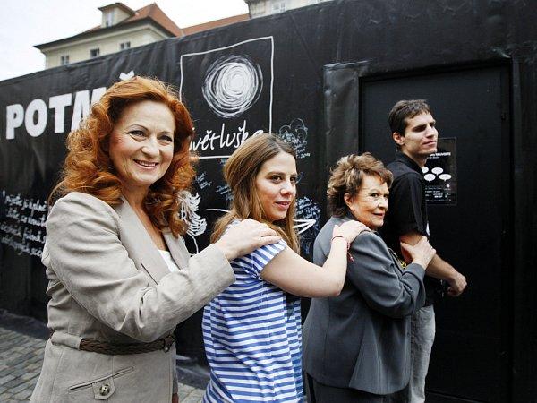 Na pražském Ovocném trhu byla za účasti Anety Langerové, Simony Stašové a Jiřiny Bohdalové otevřena 6.června Kavárna potmě.