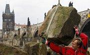 U Karlova mostu v Praze byly 13. června vyzvednuty a přesunuty historicky velmi cenné kamenné kvádry, které se z Juditina a Karlova mostu v minulosti zřítily do Vltavy a z jejího dna byly vyloveny při posledních rekonstrukčních pracích.