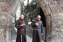 Slavnostní otevření gotické zahrady při příležitosti 171. výročí založení restaurace U Pinkasů. Na místě byl původně samostatný kostel založený Karlem IV. 3. září 1347, den po své korunovaci českým králem. Na snímku sousedící františkáni.