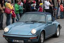 Sraz automobilů Porsche 911, parkoviště u obchodního centra Arkády 18. dubna.