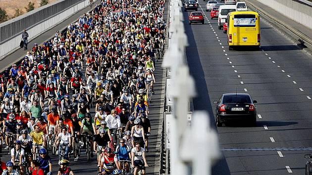 MĚSTO BEZ AUT. Tradičních cyklojízd po jinak člověku nepřívětivých místech se účastní stále více Pražanů. (Snímek Nuselského mostu při velké jarní cyklojízdě.)