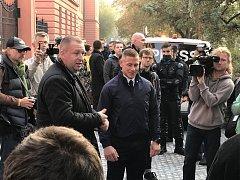 Obžalovaný policista před budovou soudu. Přišly jej podpořit desítky lidí.