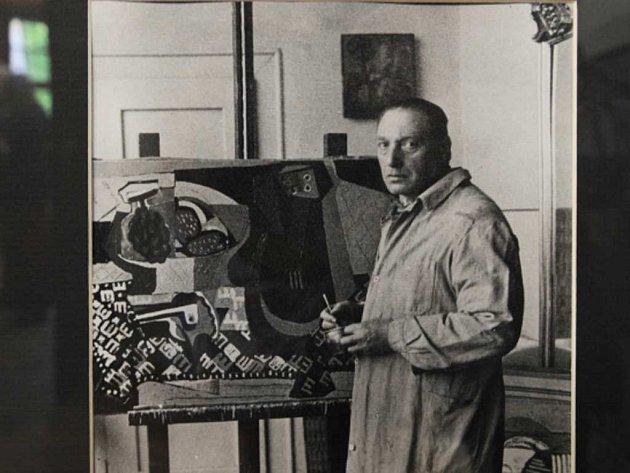 Emil Filla ve svém pražském ateliéru na Ořechovce.