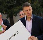 Politické strany zahájily kampaň před komunálními volbami v Praze. Na snímku je lídr Zelených Ondřej Mirovský.