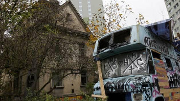 KONEC? NOVÝ ZAČÁTEK? K vile Miladě se hlásí vlastník. Bude-li zapsán do katastru nemovitostí, squateři budou muset objekt opustit a mnohé se změní.