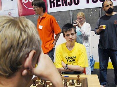 ČESKÁ JEDNIČKA. David Navara (ve žlutém tričku) se utká s exmistrem světa Vladimirem Kramnikem. Zatím jediné vzájemné utkání skončilo remízou.