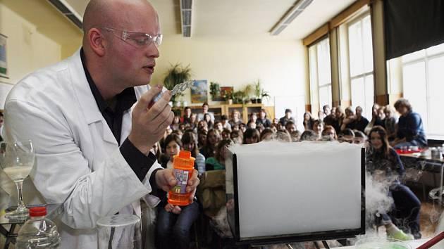 S tajemstvím CO2 seznamoval 27. března 2009 studenty gymnázia Oty Pavla v Praze-Radotíně mladý anglický chemik Michael Londesborough.