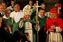Benedikt XVI. se zdraví s účastníky nešpor.