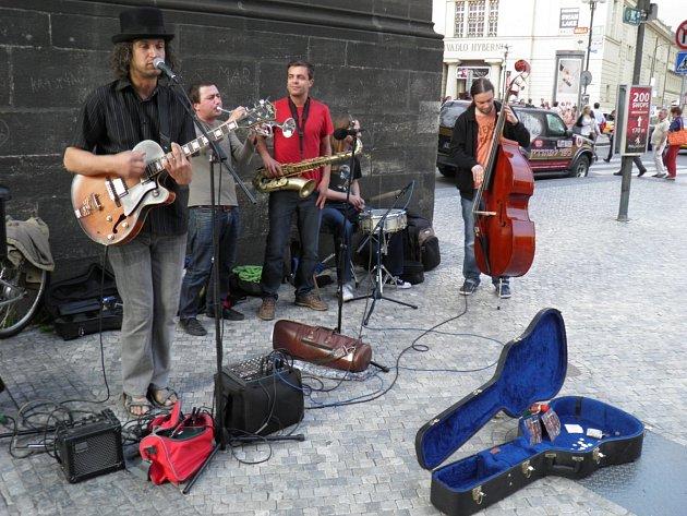 U PRAŠNÉ BRÁNY hrál pouliční umělec Pavel Rohlena (vlevo) ještě na začátku května. Toto místo měl rád, stejně jako Malé náměstí či Celetnou.