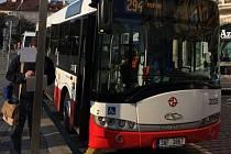První jízda minibusu ze stanice Staroměstské náměstí zahájila novou dopravní linku v Praze 1.