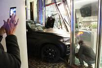 Dopravní nehoda na Jiráskově náměstí v Praze 2: auto projelo výlohou kavárny v Tančícím domě.