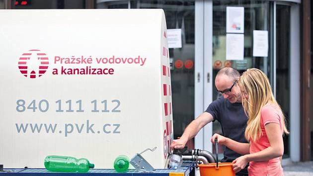Bez pitné vody byli obyvatelé Prahy 6 od neděle 25. května do čtvrtka 28. května. Náhradní zásobování zajišťovaly pražské vodovody a kanalizace 60 cisternami. Praha 6 vozila pitnou vodu do škol a domů seniorů a poté ji začala zdarma rozdávat i obyvatelům.