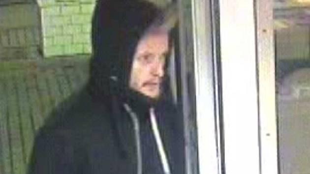 Neznámý muž vešel do prodejny benzinové čerpací stanice v ulici Sokolovská