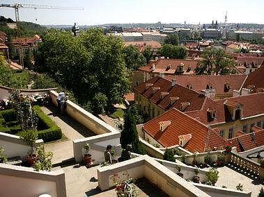 Pohled z Ledeburské zahrady, která je součástí Palácových zahrad pod Pražským hradem, na malostranské střechy a Prahu.