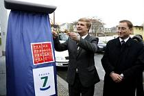 A ODTEĎ SE TU PLATÍ. Náměstek primátora Rudolf Blažek (vpravo) a starosta Městské části Praha 7 Marek Ječmének odhalili 15. dubna v Jateční ulici solární parkovací automat a oficiálně zahájili provoz placeného stání na Praze 7.