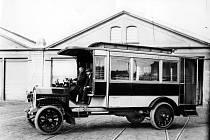 Autobusy v Praze slaví 21. června 2020 významné jubileum – před 95 byl zaveden jejich provoz. Na snímku je vůz Laurin & Klement HOP.