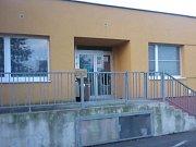Rozbitá skleněná výplň dveří areálu mateřské školy.